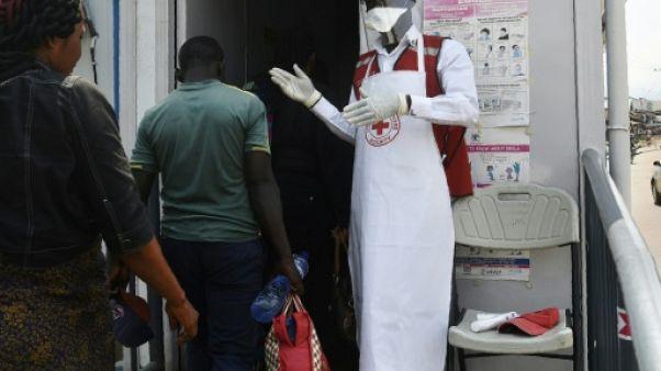 Contrôle sanitaire des voyageurs à Mpondwe, en Ouganda gagné par l'épidémie d'Ebola, le 13 juin 2019 à la frontière avec la RDC