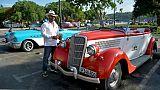 Le Cubain Esteban Estrada nettoie sa Ford de 1934 en attendant d'éventuels clients, le 13 juin 2019 à La Havane