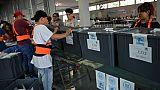 Des employés électoraux préparent les élections, le 13 juin 2019 à Guatemala