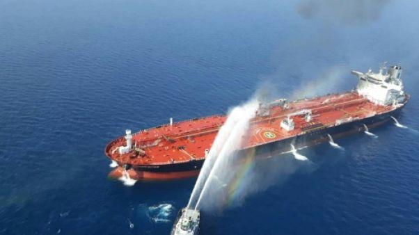 Photo obtenue auprès de l'agence de presse iranienne Tasnim le 13 juin 2019 semblant  montrer un bateau iranien aidant à éteindre un incendie sur un navire attaqué