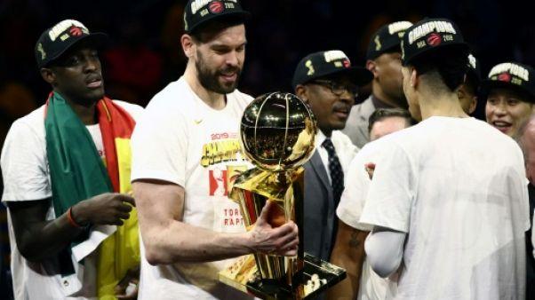 Marc Gasol des  Toronto Raptors, trophée Larry O'Brien en main, après la victoire de son équipe en finale NBA face aux Golden State Warriors, à Oakland, le 13 juin 2019
