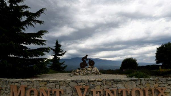 Photo du Mont Ventoux prise le 12 juillet 2016 deux jours avant le passage du Tour de France montre une sculpture d'un cycliste
