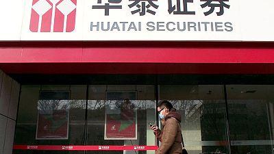 Chinese brokerage Huatai prices London listing at bottom of range