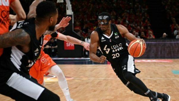 Le joueur de Villeurbanne DeMarcus Nelson tente de dribbler lors de la finale de la Coupe de France de basket contre Le Mans, le 11 mai 2019 à Paris-Bercy.