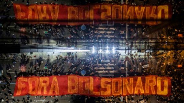 """""""Dehors Bolsonaro"""", clame une banderole pendant une manifestation contre la réforme des retraites à Rio de Janeiro le 14 juin 2019"""