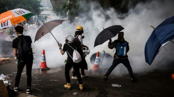 Des gaz lacrymogènes sont tirés par les forces de l'ordre sur des manifestants contre une loi d'extradition controversée, à Hong Kong le 12 juin 2019