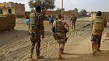 Des militaires maliens et français patrouillent dans une rue de Menaka, au Mali, le 21 mars 2019