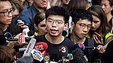Le militant prodémocratie Joshua Wong (c) s'exprime devant les médias après sa libération, à Hong Kong le 17 juin 2019