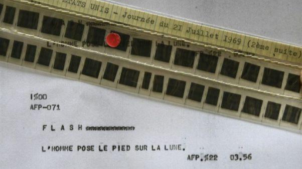 Photo, prise le 24 mai 2019, du flash de l'AFP annonçant le premier pas de l'homme sur la Lune, publié le 21 juillet 1969 à 02H56 GMT et conservé sur microfilm