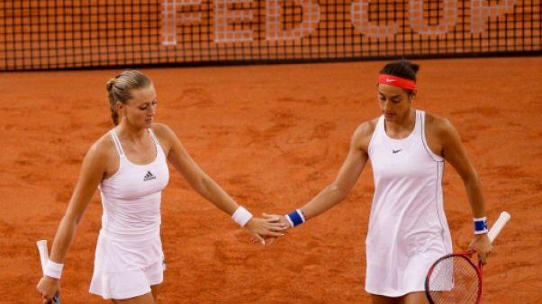 Les Françaises Kristina Mladenovic (g) et Caroline Garcia lors de la demi-finale de Fed Cup face à la Roumanie, à Rouen, le 21 avril 2019