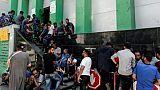 Des Palestiniens font la queue devant un bureau de poste pour recevoir une aide financière du Qatar, à Gaza, le 17 juin 2019