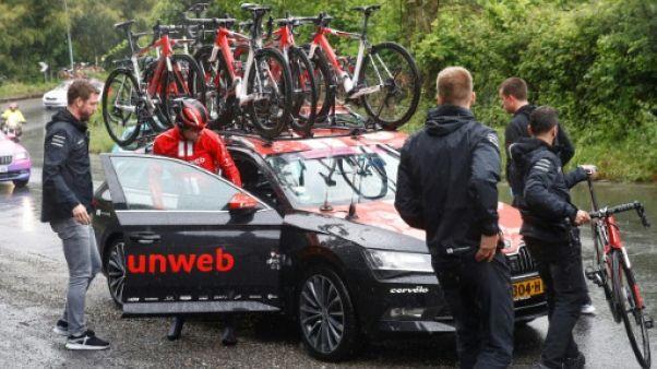 Tom Dumoulin abandonne après sa chute lors de la 5e étape du Tour d'Italie, près de Terracina, le 15 mai 2019