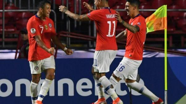 Alexis Sanchez (N.7) célèbre un but avec ses coéquipiers de la sélection chilienne, lors du match de la Copa América contre le Japon, à Sao Paulo le 17 juin 2019.