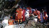 Des équipes de secours recherchent des survivants dans les décombres d'immeubles après un puissant séisme, le 18 juin 2019 à Yibin, dans la province chinoise du Sichuan