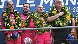 Le pilotes Ford GT#85 Jeroen Bleekemolen, Felipe Fraga et Ben Keating célèbrent sur le podium la victoire aux 24 Heures du Mans, avant leur disqualification, le 16 juin 2019.