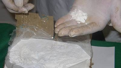 Cocaina nel bagaglio di bambina, arresti