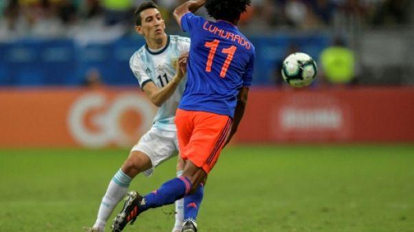 L'ailier argentin Angel Di Maria tente de stopper le Colombien Juan Cuadrado pour l'entrée de l'Alibiceleste en Copa America à Salvador de Bahia, le 15 juin 2019