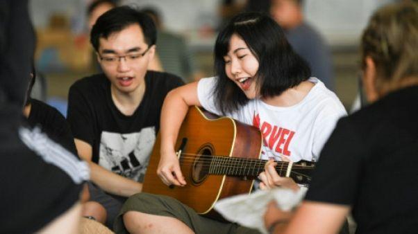 Des manifestants continuent de se rassembler à Hong Kong contre un projet de loi visant à autoriser les extraditions vers la Chine continentale, le 18 juin 2019