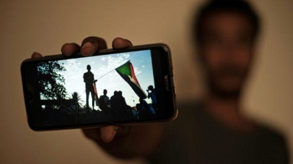 Le manifestant soudanais Akram montre une photo prise pendant le sit-in à Khartoum, lors d'une interview avec l'AFP, le 15 juin 2019