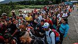 Des Vénézueliens attendent à la frontière à San Antonio del Tachira pour entrer à Cucuta, le 9 juin 2019 en Colombie,
