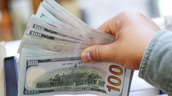 الدولار يتراجع بعد إبقاء الفائدة الأمريكية دون تغيير