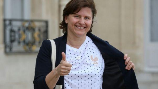 La ministre des Sports Roxana Maracineanu pose avec le maillot de l'équipe de France féminine de football à la sortie de l'Elysée, le 3 juin 2019