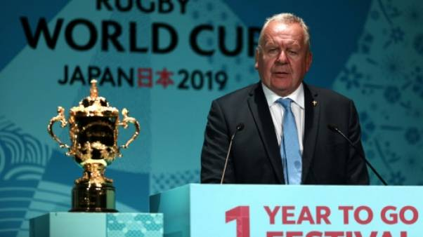 L'Anglais Bill Beaumont, président de World Rugby, au côté de la Coupe du monde à tout juste un an de la compétition, le 20 septembre 2018 à Tokyo