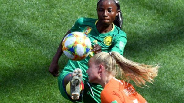 L'attaquante camerounaise Ajara Nchout à la lutte avec la défenseure néerlandaise Kika van Es lors du mach de phase de groupes du Mondial, à Valenciennes, le 15 juin 2019