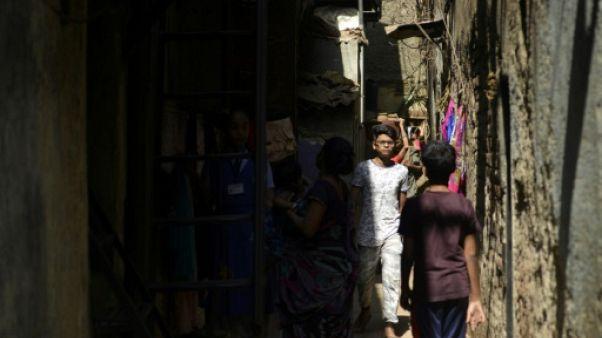 Des habitants dans une ruelle du bidonville de Dharavi, le 7 mars 2019 à Bombay, en Inde