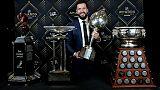 L'attaquant russe de Tampa Bay Nikita Kucherov reçoit le trophée de meilleur joueur de la saison lors de la cérémonie des récompenses de la NHL à Las Vegas, le 19 juin 2019