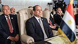 Le ministre égyptien des Affaires étrangères Sameh Shoukry et, devant lui, le président Abdel Fattah al-Sissi, le 31 mars 2019 lors d'une réunion de la Ligue arabe à Tunis