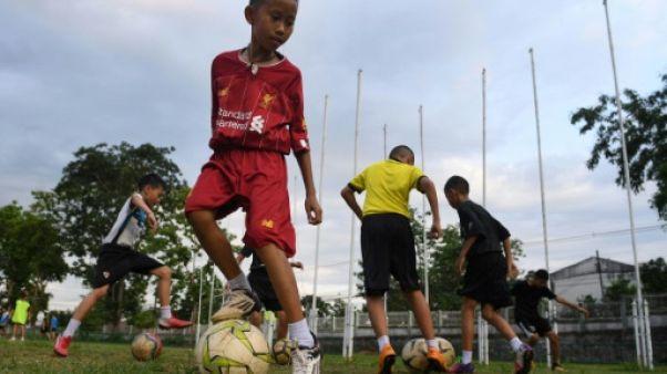 Des enfants s'entraînent au club de football de l'entraîneur Ekkapol Chantawong, le 14 juin 2019 à Mae Sai, en Thaïlande