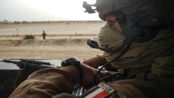 Un soldat français de la force au Sahel Barkhane patrouille le 26 mars 2019 entre Gossi et Hombori, au Mali.