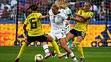 L'Américaine Lindsay Horan (c) aux prises avec les Suédoises Julia Zigiotti Olme (g) et Kosovare Asllani (d) au Mondial féminin, le 20 juin 2019 au Havre