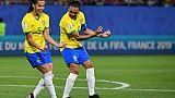 Les Brésiliennes Marta (d) et Thaisa célèbrent le but marqué par la première sur penalty contre l'Italie au Mondial féminin, le 18 juin 2019 à Valenciennes