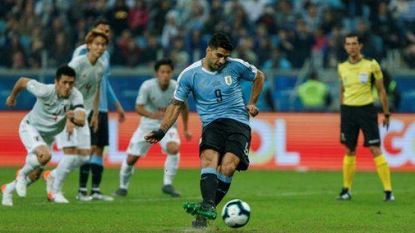 L'attaquant uruguayen Luis Suarez (2e d) buteur sur penalty lors du match de phase de groupes de la Copa America face au Japon, à Porto Alegre au Brésil, le 20 juin 2019