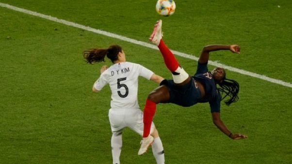 La défenseure Griedge Mbock (d) lors du match de phase de groupes du Mondial face à la Corée du Sud, au Parc des Princes, le 7 juin 2019