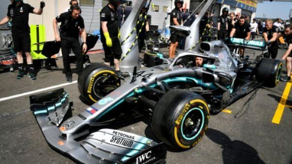 Le Britannique Lewis Hamilton (Mercedes) lors de réglages avec les mécaniciens en vue du GP de France sur le circuit du Castellet, le 20 juin 2019
