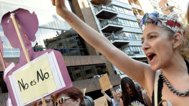 """Des femmes manifestent contre la remise en liberté provisoire des membres de """"La Meute"""", le 22 juin 2018 à Valence (est de l'Espagne)"""