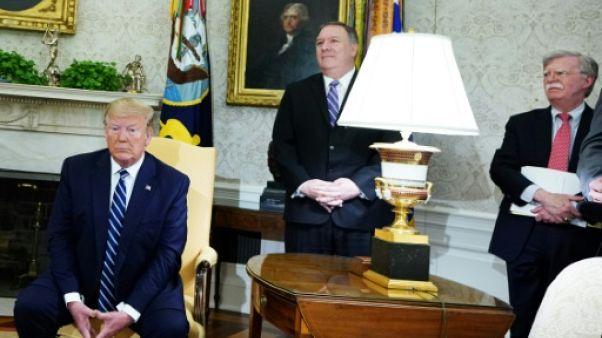 Le président américain Donald Trump dans le Bureau ovale avec le secrétaire d'Etat Mike Pompeo et le conseiller à la sécurité nationale John Bolton, le 20 juin 2019