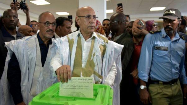 Le candidat du pouvoir à la présidentielle en Mauritanie,  Mohamed Ould Ghazouani, dépose son bulletin dans l'urne, le 22 juin 2019 à Nouakchott