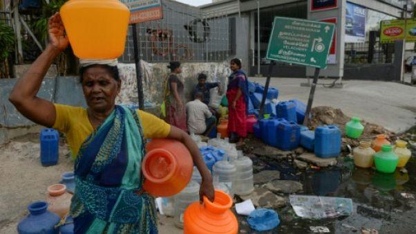 Des habitants de Chennai en Inde attendent avec des bonbonnes pour avoir de l'eau, le 20 juin 2019
