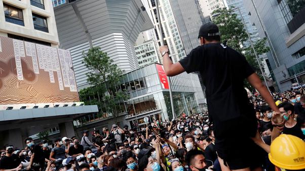تفرق معظم المحتجين في هونج كونج بعد محاصرتهم مقر الشرطة