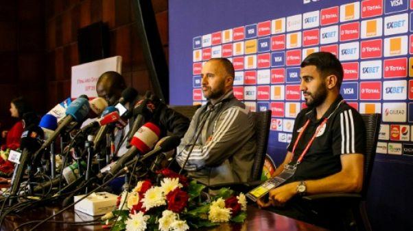 Le sélectionneur de l'équipe d'Algérie Djamel Belmadi(c) en conférence de presse, le 22 juin 2019 au Caire