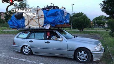 Camera da letto sull'auto, Cc lo fermano