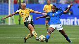 La Brésilienne Formiga (d) à la lutte avec l'Australienne Tameka Yallop au Mondial-2018, à La Mosson, le 13 juin 2019