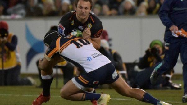 L'Australien Christian Lealiifano des Camberra Brumbies tente un placage sur le Sud-Africain des Durban Sharks Andre Esterhuizen en Super Rugby, le 22 juin 2019 à Canberra