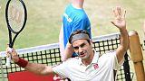 Le Suisse Roger Federer salue les supporters après sa victoire face au Français Pierre-Hugues Herbert en demi-finales du tournoi de Halle, le 22 juin 2019