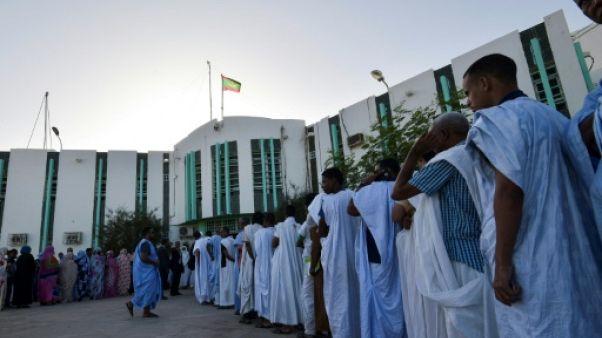 Des électeurs font la queue pour voter à l'élection présidentielle mauritanienne, le 22 juin 2019 à Nouakchott