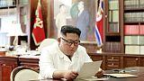 Une photographie de l'agence officielle nord-coréenne KCNA publiée le 23 juin 2019 montre Kim Jong Un lisant une lettre de Donald Trump